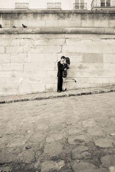 Paris engagement photo. Simple and cute! Paris Engagement Photos, Engagement Pictures, Wedding Engagement, Pre Wedding Shoot Ideas, Wedding Photos, Paris Photography, Wedding Photography, Paris Romance, Paris Elopement