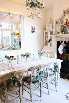 """Christmas dining room decor with a """"Frenchie"""". - ~Magical Home Inspirations~ Cottage Christmas, Shabby Chic Christmas, Christmas Home, Merry Christmas, Christmas Ideas, Hygge Christmas, Cosy Christmas, White Christmas, Christmas Decor"""
