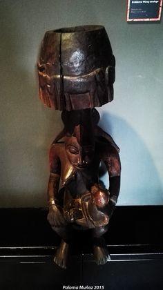 Talla en madera representando a una madre con su hijo. Wood carving representing a mother with her son