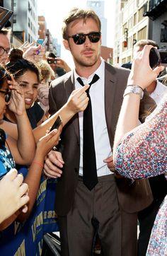 Ryan Gosling traje gris corbata negra gafas de sol