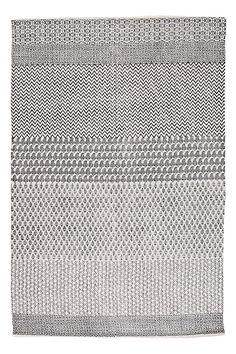 Handvävd matta med tryckt mönster. Av 100% bomull. Tvätt 40°. Tvättas separat. Stl 140x200 cm.<br><br>För ökad säkerhet och komfort, använd halkskyddsmatta som håller din matta på plats. Halkskyddsmattan finns i flera olika storlekar..