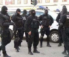 """Rromii care și-au ridicat palate în vestul țării au fost """"călcați"""" joi, de mascați, după ce au sechestrat un bărbat pe care l-au terorizat ore în șir în portbagajul unei mașini. Ofițerii DIICOT, împreună cu trupele speciale ale poliției, au percheziționat..."""