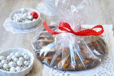 A legegyszerűbb gasztroajándék: karácsonyi csokifrizbi - étcsoki – vagy tejcsoki, ha valaki azt szereti esetleg reszelt narancshéj / aszalt sárgabarack / (sótlan) mogyoró /csipetnyi őrölt chili / őrölt gyömbér / fahéj / kardamom – ki mit szeret. Diy Food, Snow Globes, Ale, Chili, Desserts, Decor, Candy, Tailgate Desserts, Deserts