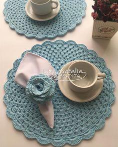 Seguimos por aqui com Cores suaves Good Vibes🌸 {Sousplat Azul Bebê} {Porta Guardanapo de Flor} Para 🛍compras, informações e Encomendas… Crochet Coaster Pattern, Crochet Rug Patterns, Crochet Motifs, Doily Patterns, Crochet Designs, Crochet Doilies, Mode Crochet, Crochet Home, Crochet Crafts