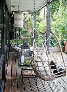 Des chaises et loveuse en rotin... des coussins et / ou des peaux de bête pour donner de la chaleur à votre outdoor :-)
