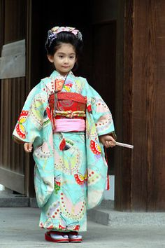 ❀ Gorgeous Kimonos on Shichi-go-san ❀The shichi-go-san festival celebrates the 7th (shichi) and 3rd (san) birth years of young girls and 5th (go) birth years of young boys all around Japan in October. The celebration is simple and nice: Japanese people dress their children in beautiful kimonos and they pay a visit to a shinto shrine.    Shichi-go-san at Meiji Jingu by Phil & Delph on Flickr.
