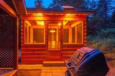 Chalet le Malard en été.Le pavillon de jardin (gazébo) permanent avec le BBQ, lumières de nuits alimentées par courant électrique, prises disponibles aussi à l'intérieur.