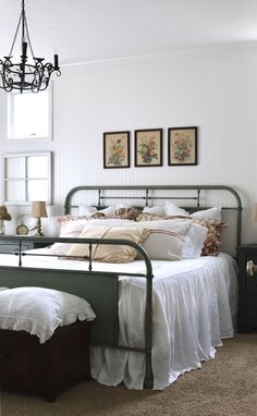 Simply smitten with @acottagegirl bedroom style! Loving the Oscar & French linens ❤️ #MinimalistBedroom