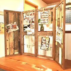 コルクボードの木枠を窓枠風に〜♪おしゃれにディスプレイ!持ち運びもおしゃれにラクラク〜!オール100均で作っちゃった♪(naruhana)