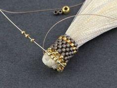 Fleur - kolczyki z beadingu z chwostem Thread Jewellery, Tassel Jewelry, Beaded Jewelry, Jewelery, Handmade Jewelry, Beaded Bracelets, Necklaces, Bijoux Design, Jewelry Design