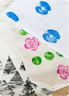 Tygtryck med frukt & grönsaker – Vegetable & fruit prints on fabric Textiles, Textile Prints, Crafts For Kids, Arts And Crafts, Diy Crafts, Bee Activities, Homemade Stamps, Fruit Crafts, Vegetable Prints