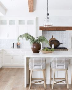 @puresalt posted to Instagram: The best seats in the house are at the kitchen island at our #eastbluffproject ✨ we love how the white cabinets and walls allow the details of our Ava stools to pop! // 📷: @jessicajalexander #mypuresalthome #puresalt #puresaltinteriors #ruemagazine #homewithrue #ruedaily #modernluxury #modernluxurydesign #modernluxdesign #luxemagazine #dwellmagazine #howwedwell #inmydomaine #makehomematter #prettylittleinteriors #bhghome #showmeyourstyled #howihav Bright Kitchens, Home Kitchens, Living Room Kitchen, My Living Room, Living Spaces, Home Design, Interior Design, Bright Kitchen Lighting, Condo
