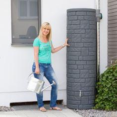 Diese Regentonne mit 460 L Volumen in der Farbe black granit überzeugt durch die naturbetreue Nachbildung einer eleganten Natursteinsäule. #regentonne #regentonnenshop www.regentonnenshop.de