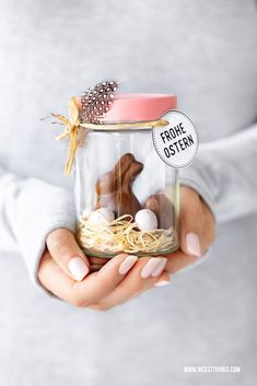 Osternest im Glas basteln: DIY Ostergeschenk - Nicest Things - Osternest im Glas basteln Ostern DIY Marmeladenglas - Easter Party, Easter Gift, Happy Easter, Easter Decor, Easter Centerpiece, Easter Table, Easter Eggs, Easter Baskets To Make, Easter Crafts For Kids