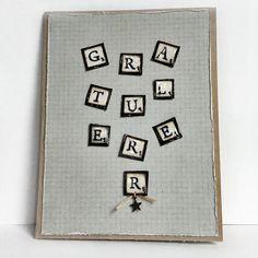 """Håndlaget kort til mann med """"Gratulerer"""" formet med Scrabble-brikker."""