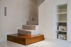 Nowoczesne schody wykończone wykładziną Interior Design Studio, Stairs, Shelves, Home Decor, App, Projects, Nest Design, Log Projects, Stairway