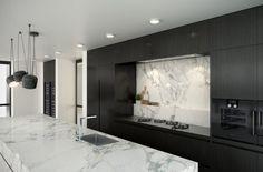Décoration raffinée et élégante grâce à l association du marbre et du noir pour cette cuisine avec îlot