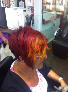 ¡Más color!   Os traemos otro ejemplo de coloración con Elumen, en esta ocasión de nuestra estilista Lorena. Para el trabajo se utilizo PK@all en la parte de abajo, RR@all en la parte superior y un degradado en medios y puntas lateral con KK@all y YY@all.  ¡We Love Elumen!