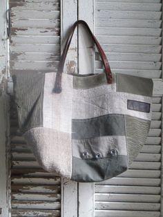 Dimensions:54cm de large par 34cm de hautFond rectangulaire de 25 x 30cmAnses de longueur 45cm ( sans compter le cuir à même le sac) qui font que l'on peut aisément le porter à l'épauleZip pour assurer la fermeture du sac 1 poche intérieureModèle assez soupleMatières : chanvre, lin, toile de bâcheDoublure : toile à matelas en coton
