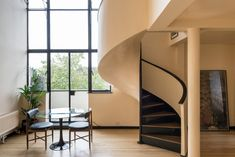 Occupying an excellent position at the heart of Maida Vale is this remarkable split-level penthouse apartment that sits atop Wellesley Court, a fine example of Modern Movement design by architect Frank Scarlett.