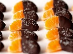 Photo via: Deliciously Yum Salted Chocolate Dipped Mandarin Slices recipe - Perfect salty and sweet combo. Köstliche Desserts, Delicious Desserts, Dessert Recipes, Yummy Food, Sweet Light, Salted Chocolate, Chocolate Orange, Chocolate Chips, Chocolate Dipped Fruit