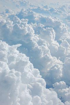Wolken zijn overal, dat zou niet kunnen als ze door iets tegengehouden zouden worden. Gelukkig is dat niet zo en zijn ze vrij.