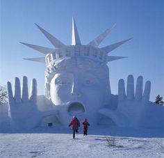 Le 5 janvier a ouvert le festival d'Harbin en Chine, dont les principales attractions sont les gigantesques monuments construits avec des blocs de glace.