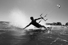 Bon dia! Si recibes una acaricia no dudes en devolverla. Fíjate en el agua no deja de acariciarte todos los días tal vez sea por eso uno de los amores de mi vida.  Deporte de riesgo: sé tu el primero en acariciar. Fot.: Jake Moore #kitesurfing #surf #agua #water #playa #beach #acaricia #caress
