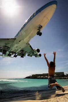 O avião passa...e ele faz uma festa!