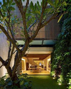 Relaxing Courtyard House Design Ideas - Fresh Home Ideas Deco House, Br House, Narrow House, Modern Mansion, Modern Houses, Courtyard House, Interior Garden, Room Interior, Tropical Houses