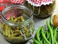 Preserve your green beans for months to come with our pickled green bean recipe! Pickled Pepper Recipe, Pickled Green Beans, Pickled Beets, Dilly Beans, How To Make Pickles, Homemade Pickles, Pickles Recipe, Probiotic Foods, Farmers Almanac
