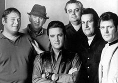 Hello, I'm Elvis Presley, glad to meet you, waren die Worte, mit denen der King of Rock 'n' Roll Joe Esposito im Sommer 1959 bei ihrer ersten Begegnung begrüßte. Ein fester Händedruck begleitet vom berühmten schiefen Lächeln des King besiegelte eine 19 Jahre dauernde Freundschaft und ein fast ebenso langes Arbeitsverhältnis, in denen Joe Esposito als persönlicher Assistent und späterer Roadma ...