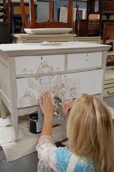 a simple all over damask stencil,  Kathy used the CeCe Caldwell Young Kansas Wheat, over soft Dover White.  The YKW is also on the sides of the piece