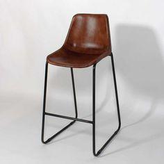 Votre salon prendra tout de suite un esprit loft industriel avec la chaise de bar industrielle de la collection  Dublin . Vous profiterez également d'un produit de grande qualité avec son assise en cuir véritable roux et sa structure en métal patiné. La chaise de bar industrielle cuir et metal  Dublin  existe également en chaise de table.
