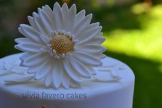 Gerbera de azúcar blanca y dorada para la torta de bodas | White & gold sugar gerbera for the wedding cake.