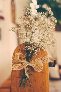 Einfache, aber wunderschöne Deko für die kirchliche Trauung: Einen Bund Schleierkraut mit einer schönen Schleife an die Kirchenbänke festbinden.