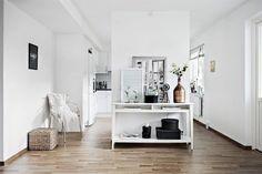 Deux appartement, un fauteuil noir et blanc