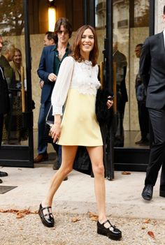 Alexa Chung wearing Miu Miu outside Miu Miu during Paris Fashion Week Womenswear Spring Summer 2020 on October 2019 in Paris, France. Get premium, high resolution news photos at Getty Images Smart Casual Outfit, Casual Outfits, Blair Waldorf Estilo, Alexa Chung Street Style, 60s And 70s Fashion, Paris Fashion, Outfit Vestidos, Estilo Hipster, Short African Dresses