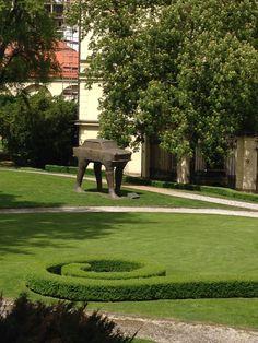 Carro com pernas - nos jardins da Embaixada Alemã mais uma escultura que marca o fim do Comunismo.