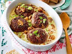 Ofenfrikadellen in Champignon-Lauchzwiebelrahm Ofenfrikadellen in Champignon-Lauchzwiebelrahm Rezept & LECKER The post Ofenfrikadellen in Champignon-Lauchzwiebelrahm & Paprika pizza appeared first on Mushroom recipes . Onion Recipes, Mushroom Recipes, Pork Recipes, Cooking Recipes, Grilling Recipes, Healthy Eating Tips, Healthy Snacks, Healthy Recipes, Clean Eating