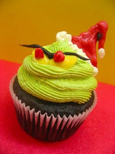 Grinch Cupcakes - shows how to decorate