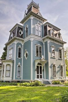 This Rhinebeck Village vacation rental house in New York overlooks the banks of the majestic Hudson River. Victorian Architecture, Beautiful Architecture, Beautiful Buildings, Beautiful Homes, Casas The Sims 4, Victorian Style Homes, Victorian Homes Exterior, Villa, Second Empire