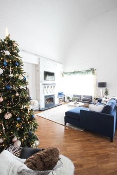 Love this modern Christmas home tour! Beautiful decorating ideas and inspiration for any home! Love the blue, black and white colour palette in this gorgeous contemporary living room. Living Room White, Living Room Colors, New Living Room, Living Room Decor, Christmas Living Rooms, Christmas Home, Modern Christmas, Christmas Holidays, Xmas