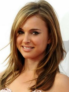 Cute Medium Layered Haircuts – Medium layered hairstyles will also be finished on any kind of hair whether or not it's wavy, straight or unfastened curls. Haircuts For Long Hair With Layers, Medium Layered Haircuts, Medium Hair Cuts, Hairstyles For Round Faces, Long Hair Cuts, Hairstyles With Bangs, Medium Hair Styles, Cool Hairstyles, Short Hair Styles