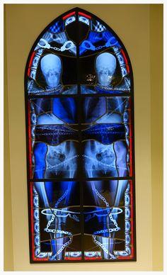 https://flic.kr/p/FujJoU | Vitrail fait de films de radiographie de Win Delvoye, Musée des Beaux-Arts de Montréal | Le style, indescriptible, est un mélange d'art médiéval gothique, de graphisme kaléidoscopique, et d'esthétique radiographique morbide représentant des radios, des crânes et des squelettes. Tout est effrayant dans ce travail. Un art au vitriol (ou plutôt aux rayons X devrait-on dire) qui ne laisse pas indifférent, pouvant amuser les uns et agacer les autres.  Wim Delvoye…