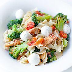 Makaron z brokułami, pomidorami i tuńczykiem | Kwestia Smaku