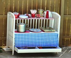 7 inspiring ideas to reuse baby cribs, like this one for an outdoor party buffet server. 7 ideas inspiradoras para reutilizar cunas de bebé | Hacer bricolaje es facilisimo.com