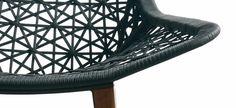 fauteuil de jardin en résine tressée noire et teck via Kettal