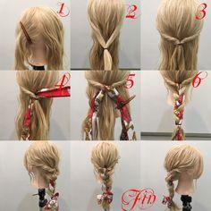 1,横と後ろを分けます 2,横の髪を後ろで結びます 3,くるりんぱの要領で二回ねじります 4,スカーフをはさみます 5,余っている髪をスカーフを混ぜて三等分します 6,三つ編みします Fin,崩したら完成です 参考になれば嬉しいです^ ^