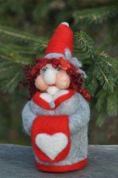 Nadel Felted Gnome Lady mit weißen Herzen  ich liebe von WoolyLand, $38.00